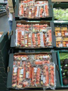スーパーに並ぶ新鮮なフルーツ