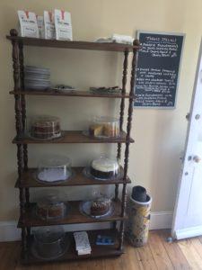 ライの人気カフェに並ぶハンドメイドのケーキ