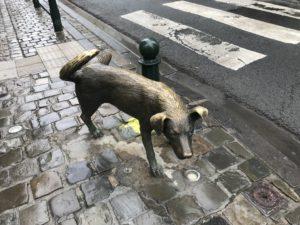 ションベン犬のオブジェ