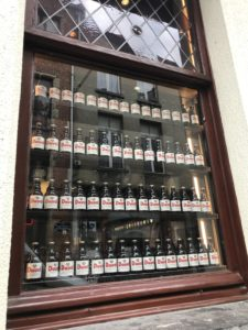 ベルギービールが陳列されているレストラン