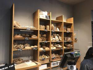 美味しそうなパンが並ぶ店内