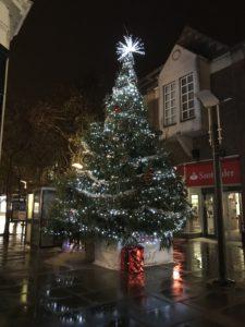 ロンドンの街中に登場するクリスマスツリー