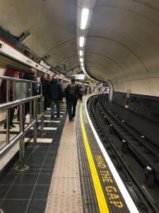 ロンドンの駅のホーム